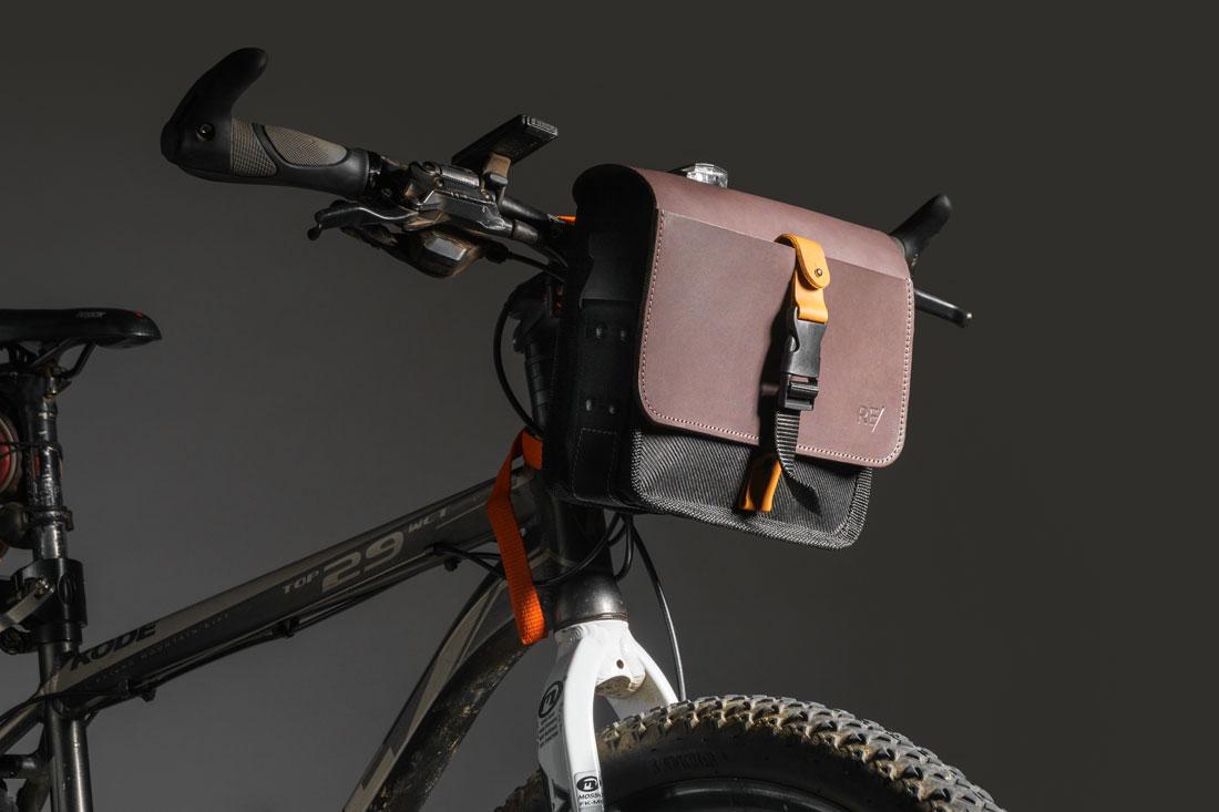 A Bolsa Sela pode ser facilmente presa no guidão da bicicleta.