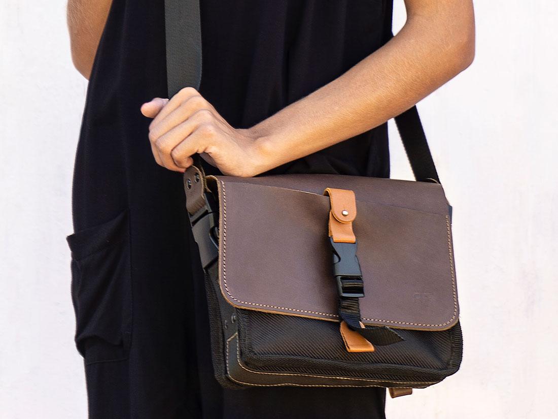 A Bolsa Sela também pode ser usada como messenger, carregada a tiracolo com a alça de ombro que a acompanha.