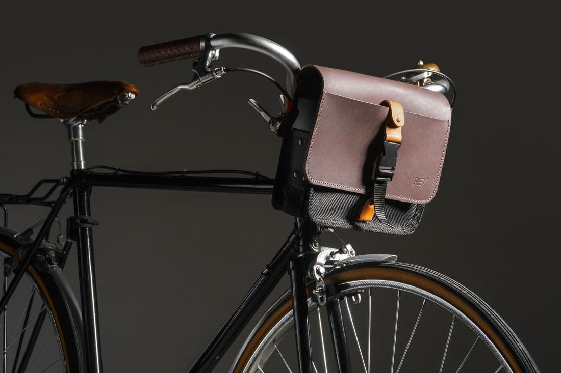 Bolsa Sela acoplada ao guidão de uma bike speed clássica.