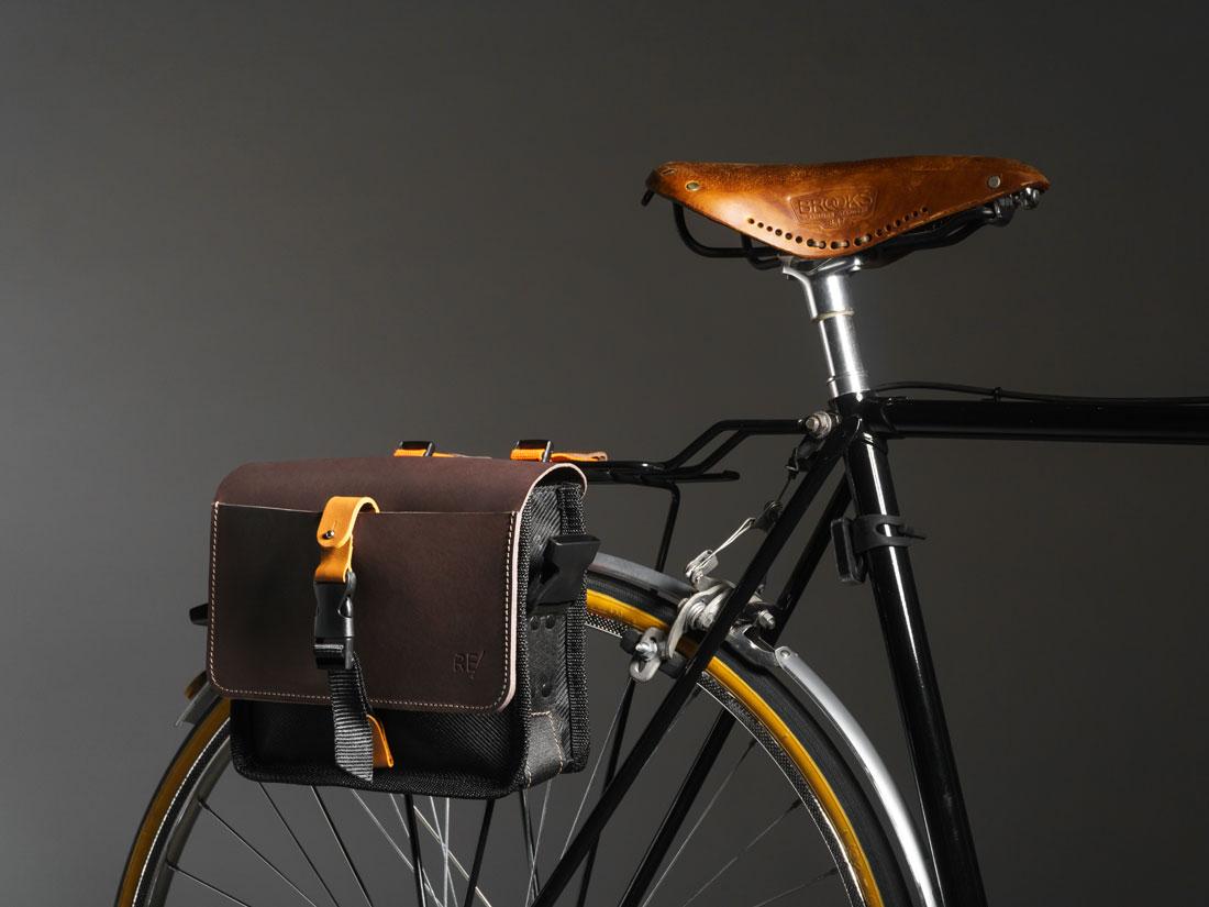 Bolsa Sela usada como alforje na lateral do bagageiro de uma bicicleta cássica com banco Brooks.