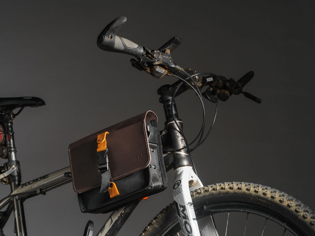Bolsa Sela fixada no quadro de uma MTB (mountain bike).