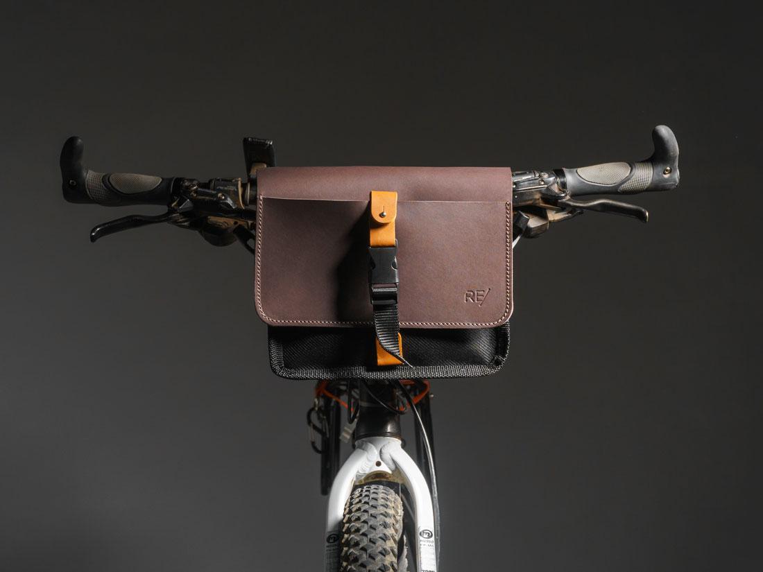 Bolsa Sela usada no guidão de uma bicicleta mountain bike.