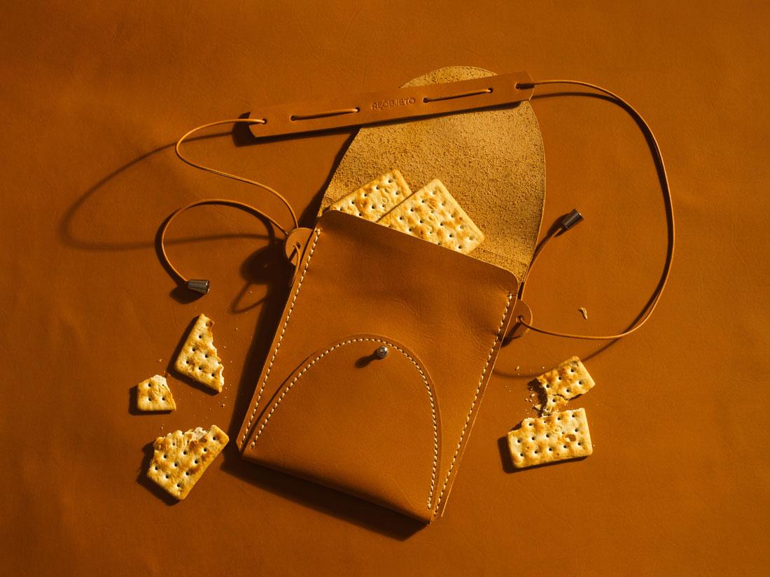 Bolsa Zazá em couro Caramelo aberta.