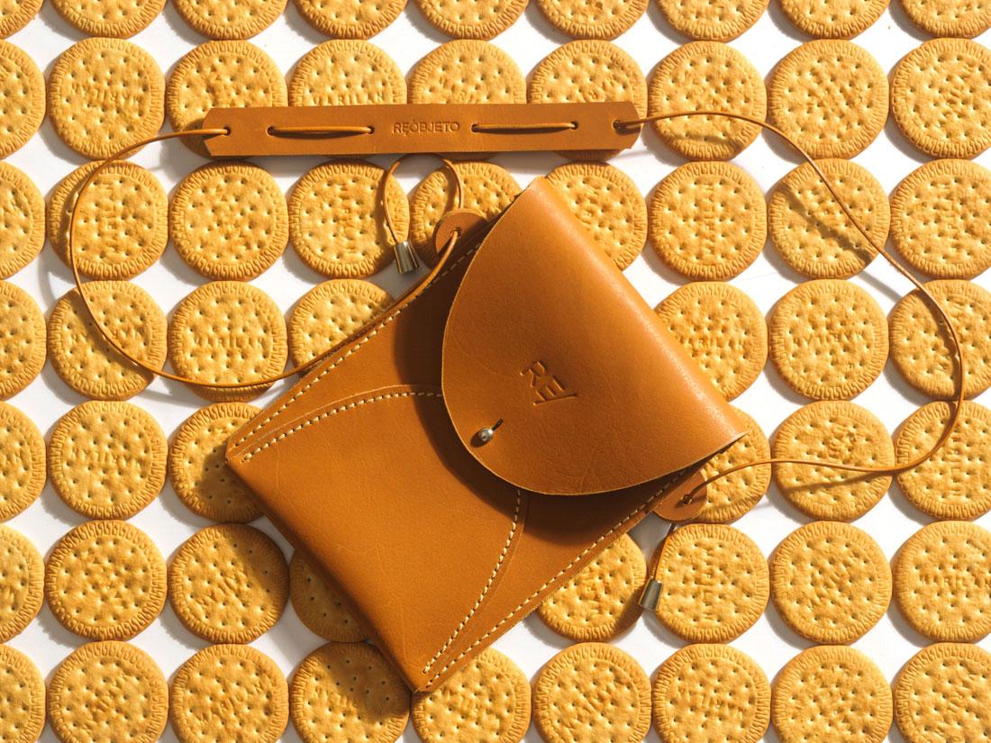 Bolsa Zazá em couro Caramelo com alça de ombro em cordão de couro e ombreira.