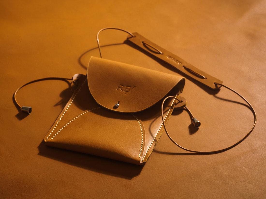 Bolsa de ombro Zazá em couro Caramelo feita à mão no Brasil.