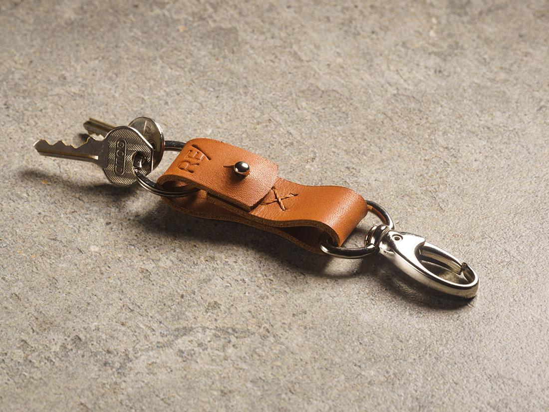 Chaveiro com mosquetão, presilha e argola para chaves.