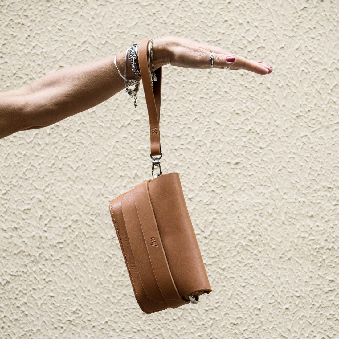 Clutch Pala em couro Caramelo com a mini-alça de mão.