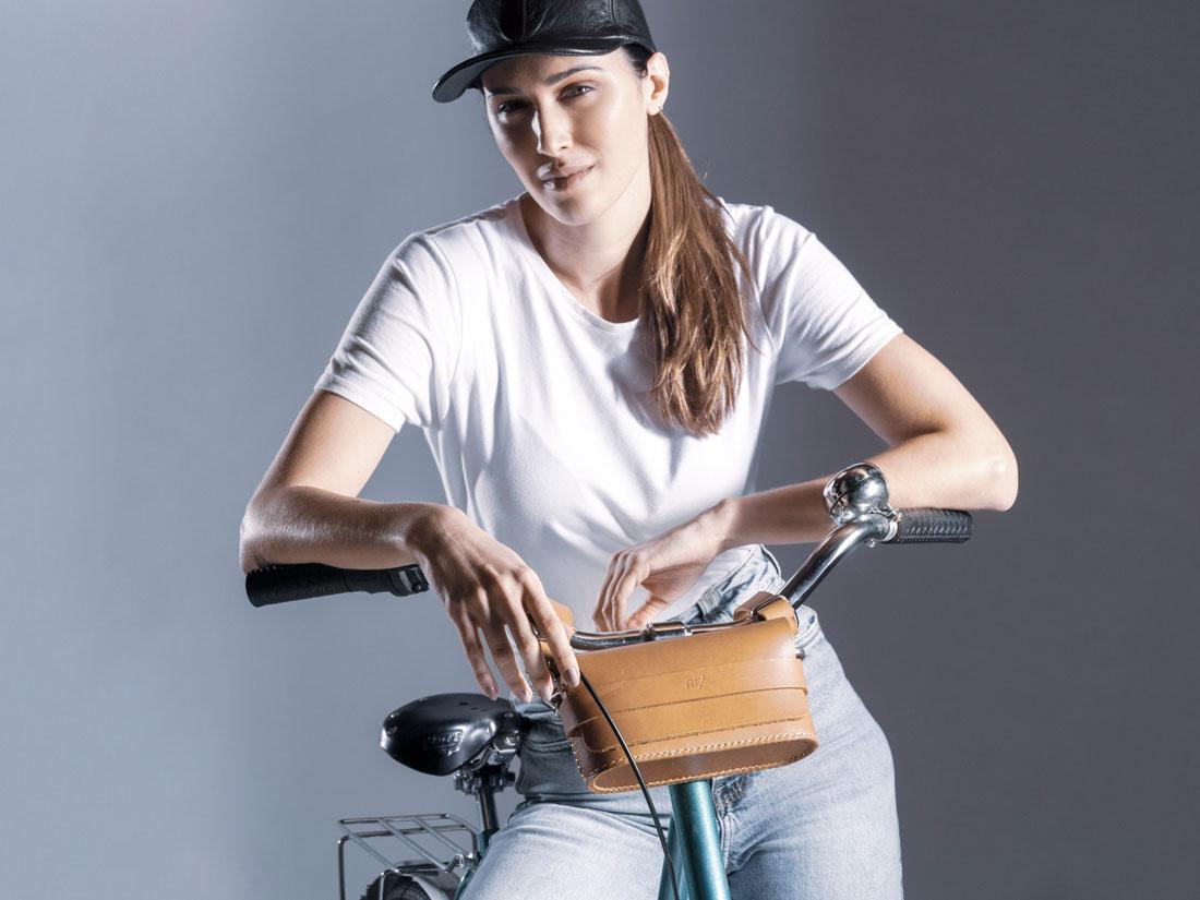 Clutch Pala em couro Caramelo usada na bicicleta.
