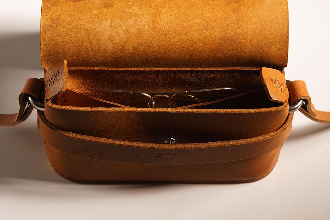 A Clutch Pala possui um bolso interno para acomodar itens menores.