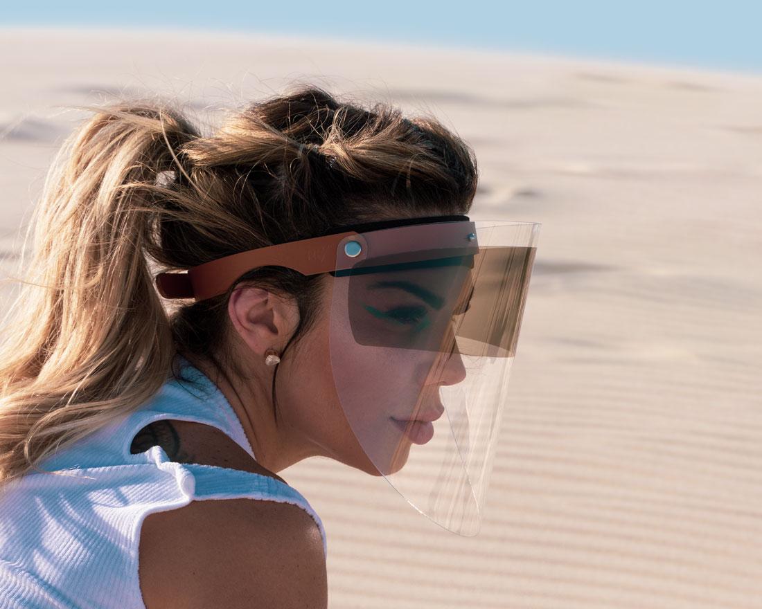 Escudo Facial Esporte em couro caramelo com proteção solar UV.