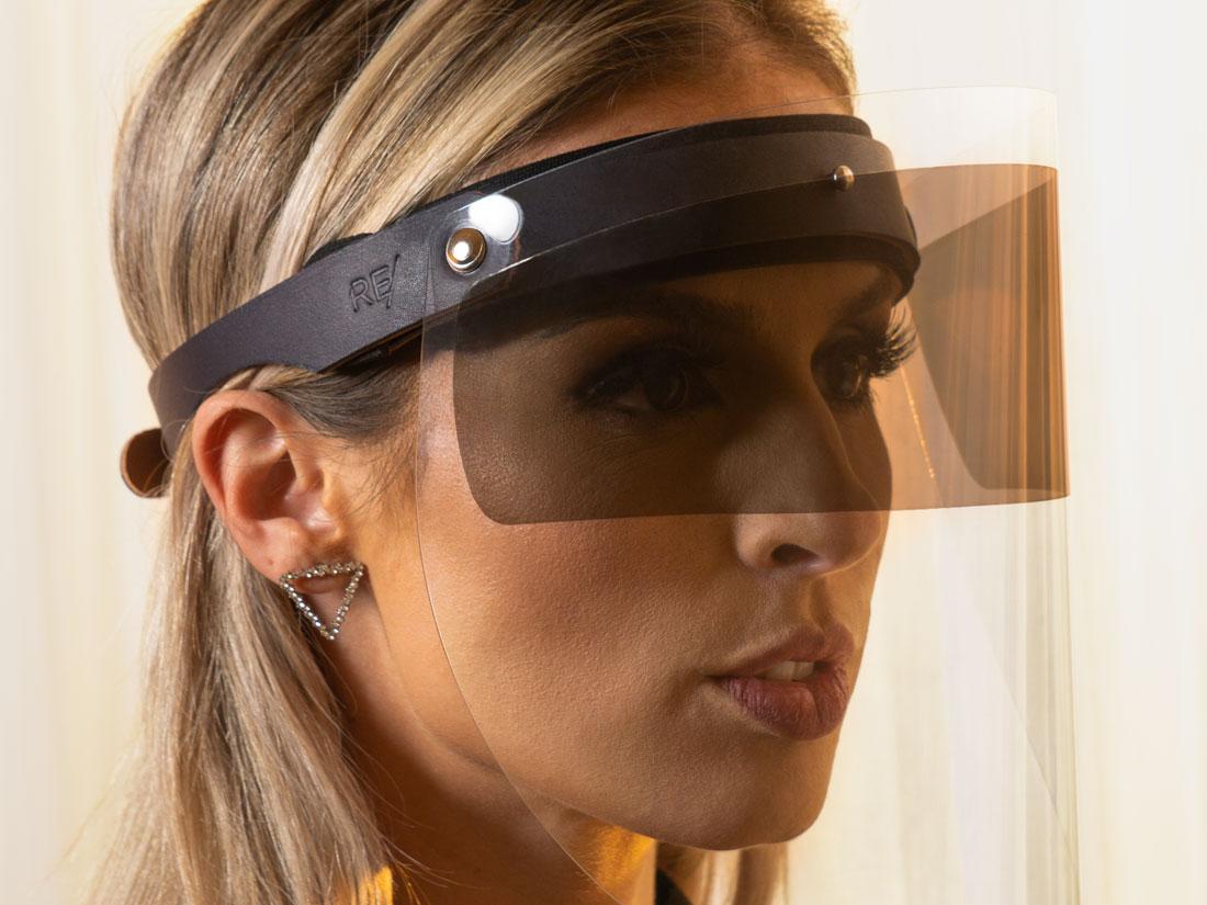 O Escudo Facial Esporte tem desenho anatômico e confortável e protege a face de vento, poeira e respingos.