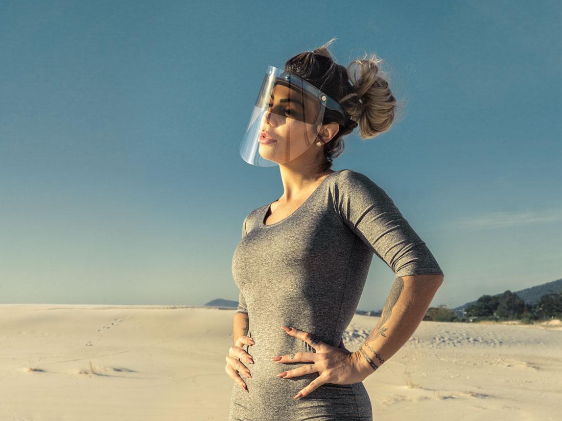 Proteja seus olhos do sol com a viseira com proteção solar UV.