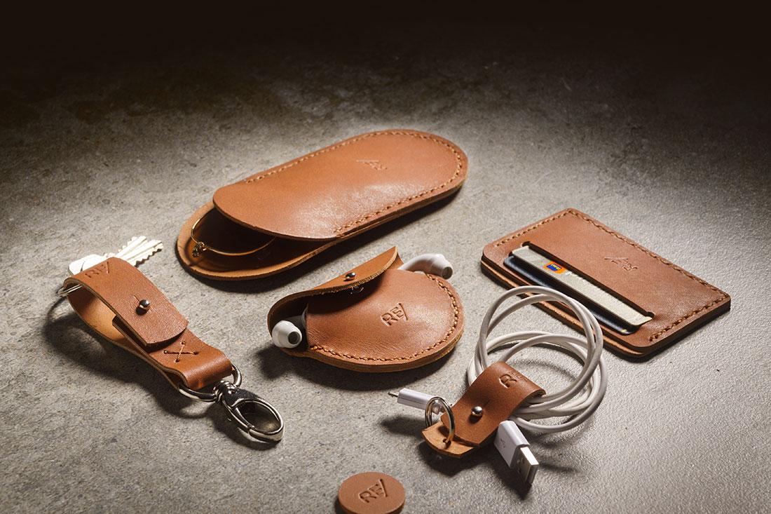 Kit Sela - Porta-óculos, porta-fones de ouvido, porta-cartões (mini-carteira para CNH e cartões), chaveiro com presilha, organizador de cabos e fios.