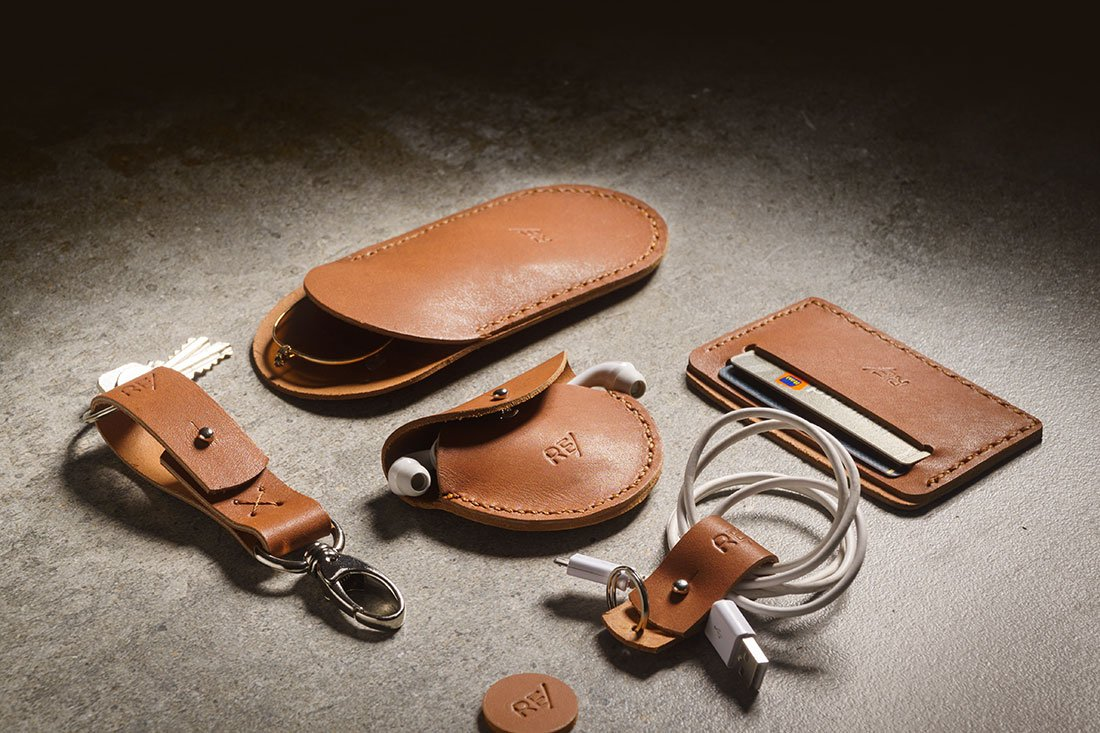 Kit Sela - Porta-óculos, porta-fones de ouvido, porta-cartoes (mini-carteira para CNH e cartoes), chaveiro com presilha, organizador de cabos e fios.