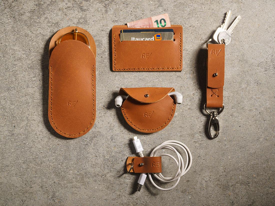Kit Sela - Contém 1 Porta-óculos, 1 Porta-fones de ouvido, 1 Porta-cartões (mini-carteira para CNH e cartões), 1 Chaveiro com presilha, 1 Organizador de cabos e fios.