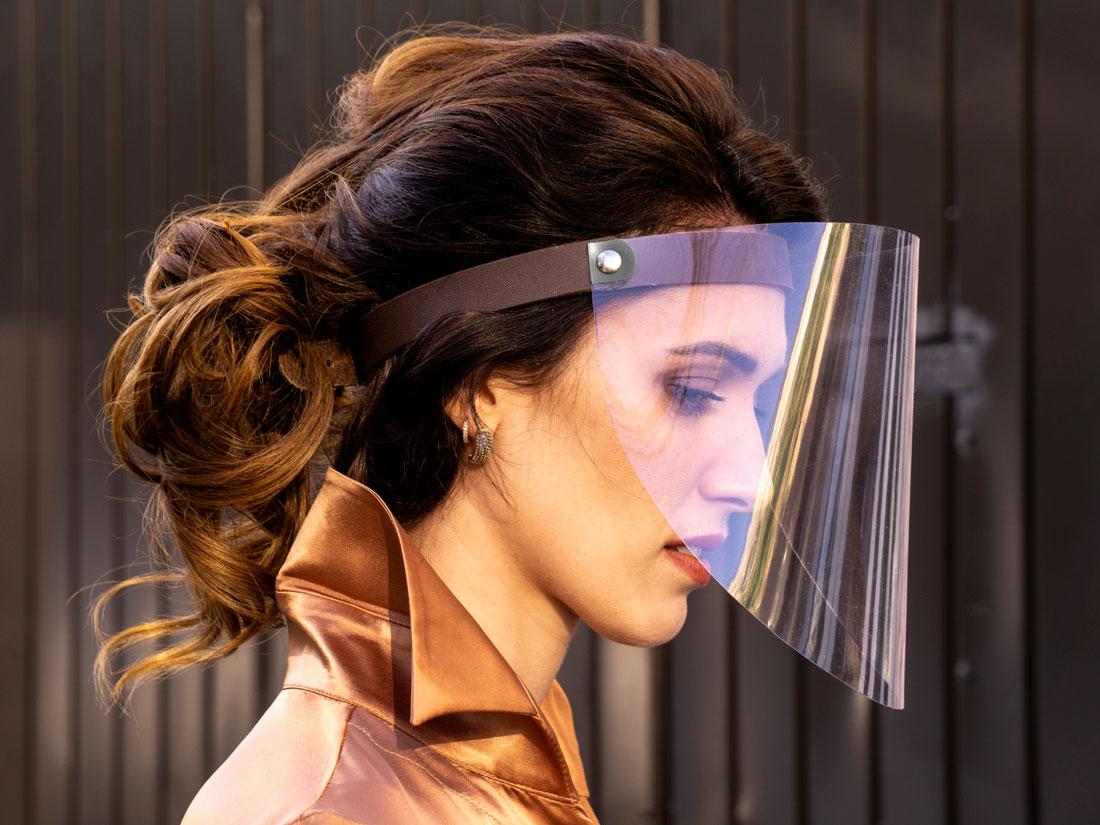 Máscara protetora facial (face shield / escudo facial) em PET com ajuste de cabeça em couro e fechamento em metal