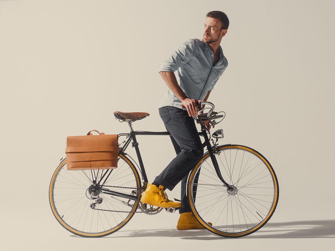 Messenger Pala Grande Caramelo usada na bicicleta como alforge.