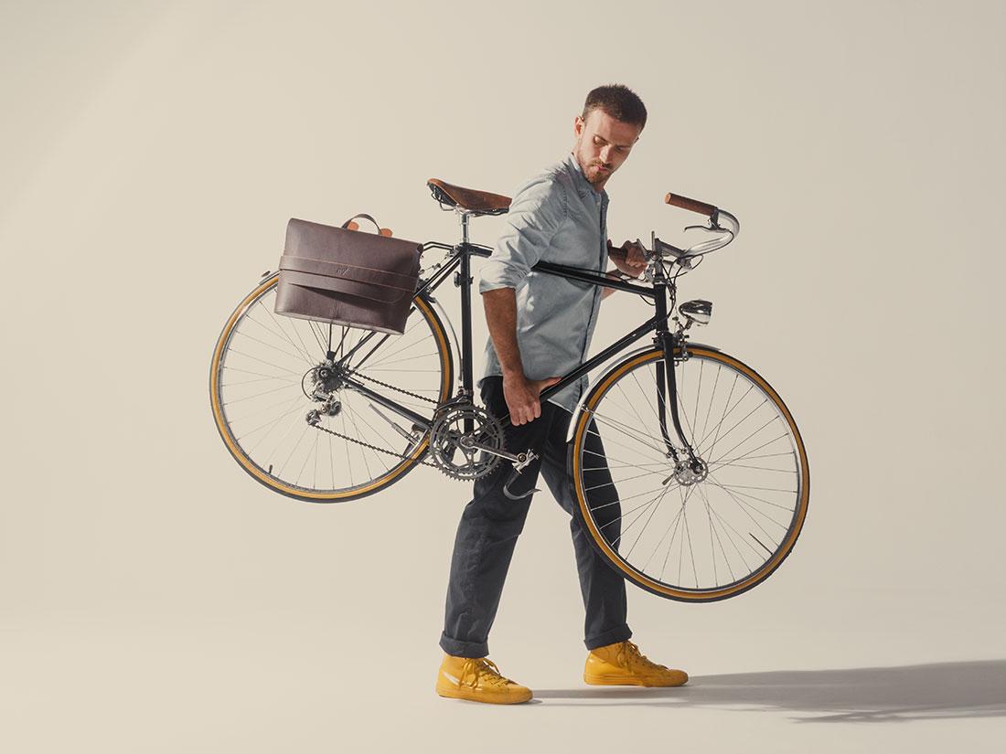 Messenger Pala Grande Marrom Café usada na bicicleta como alforge.