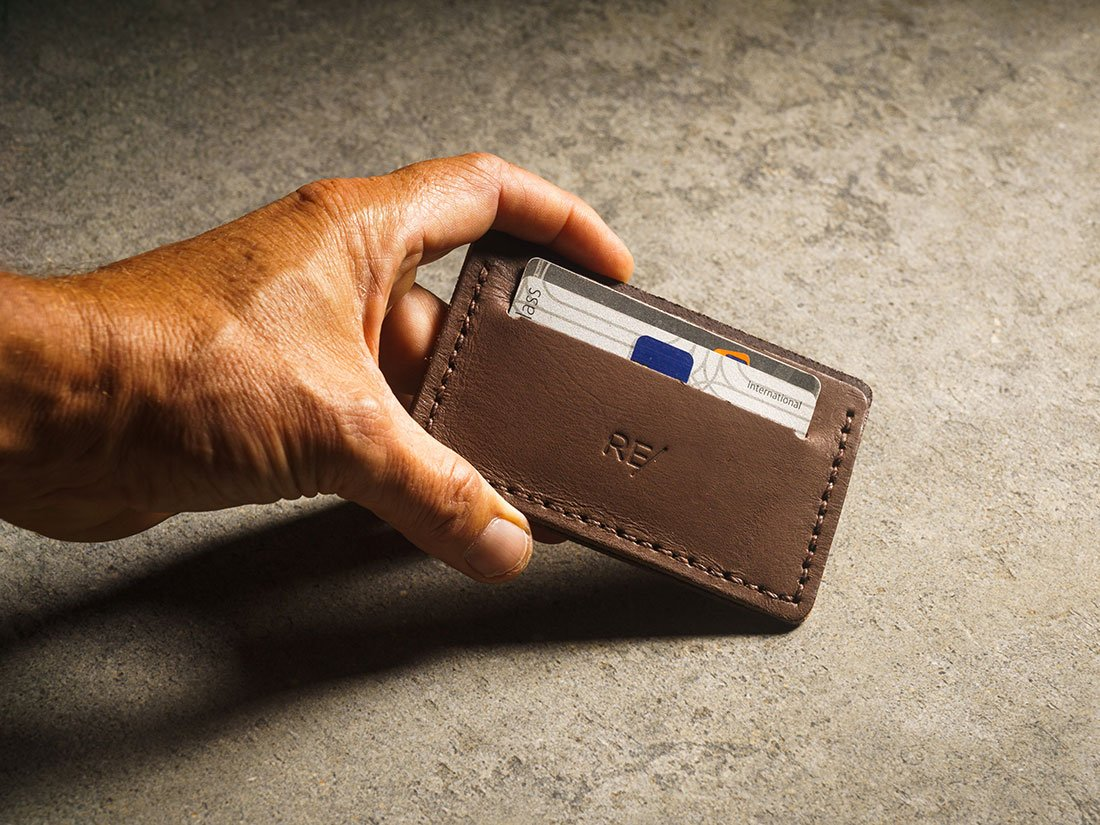 Mini-carteira na cor marrom café.