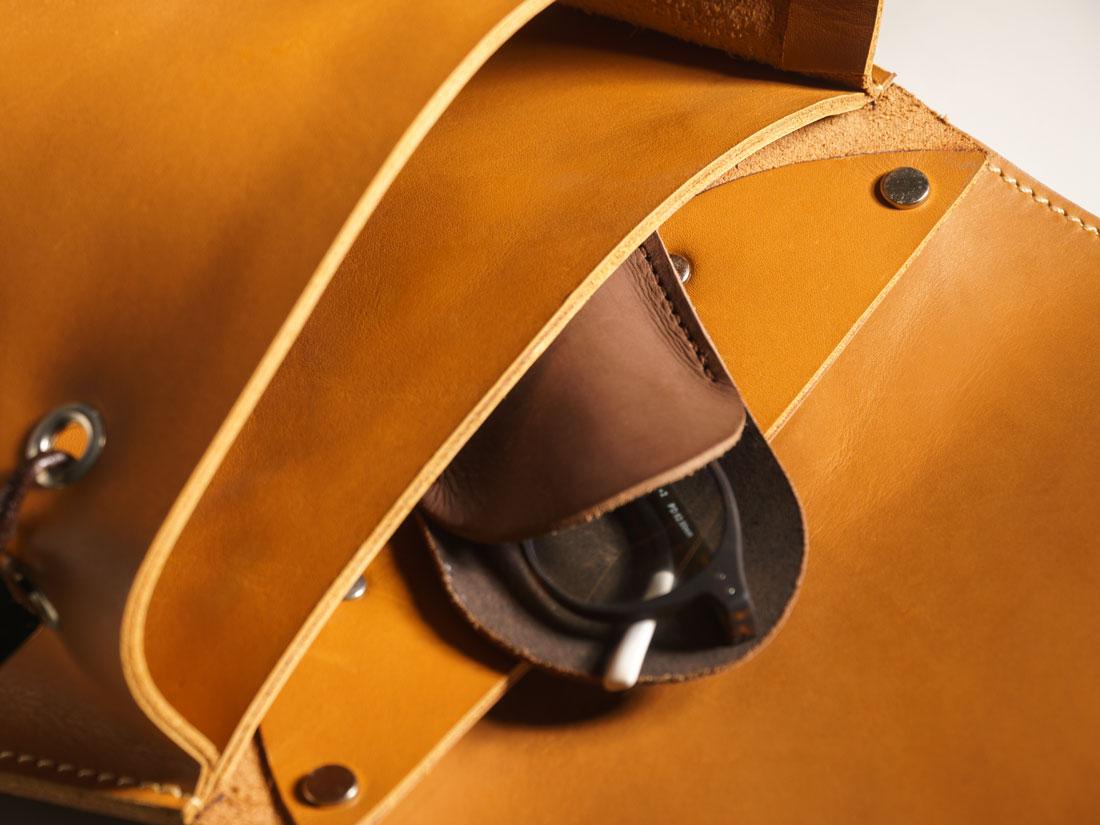 Bolso interno com um porta-óculos.