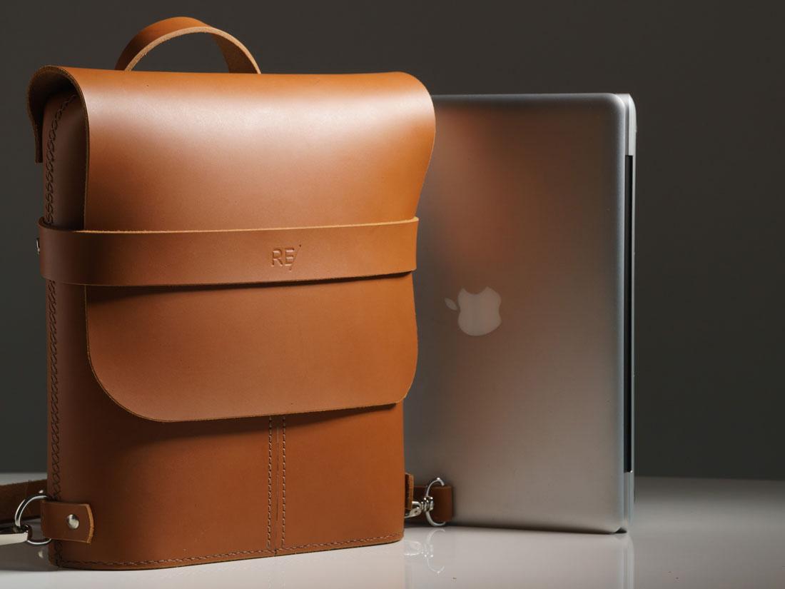 A Mochila Pala ao lado de um MacBook Pro de 13 polegadas