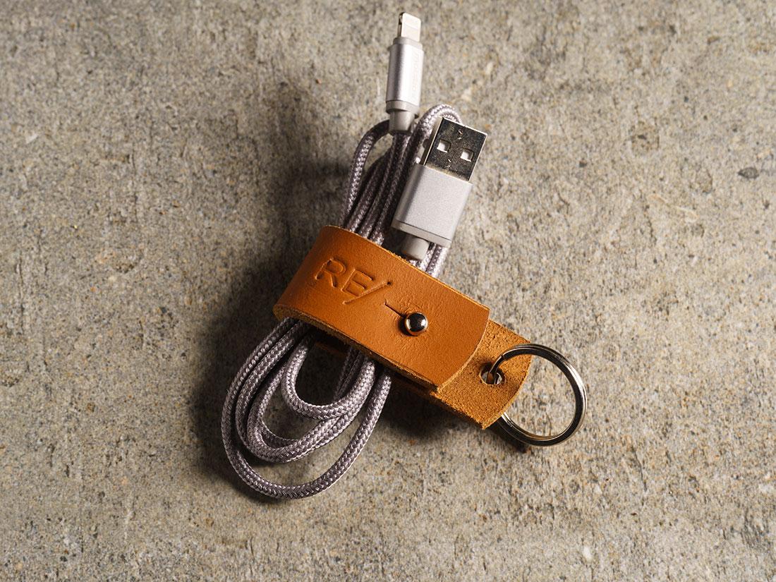 Organizador de cabos que acompanha a mini-carteira.