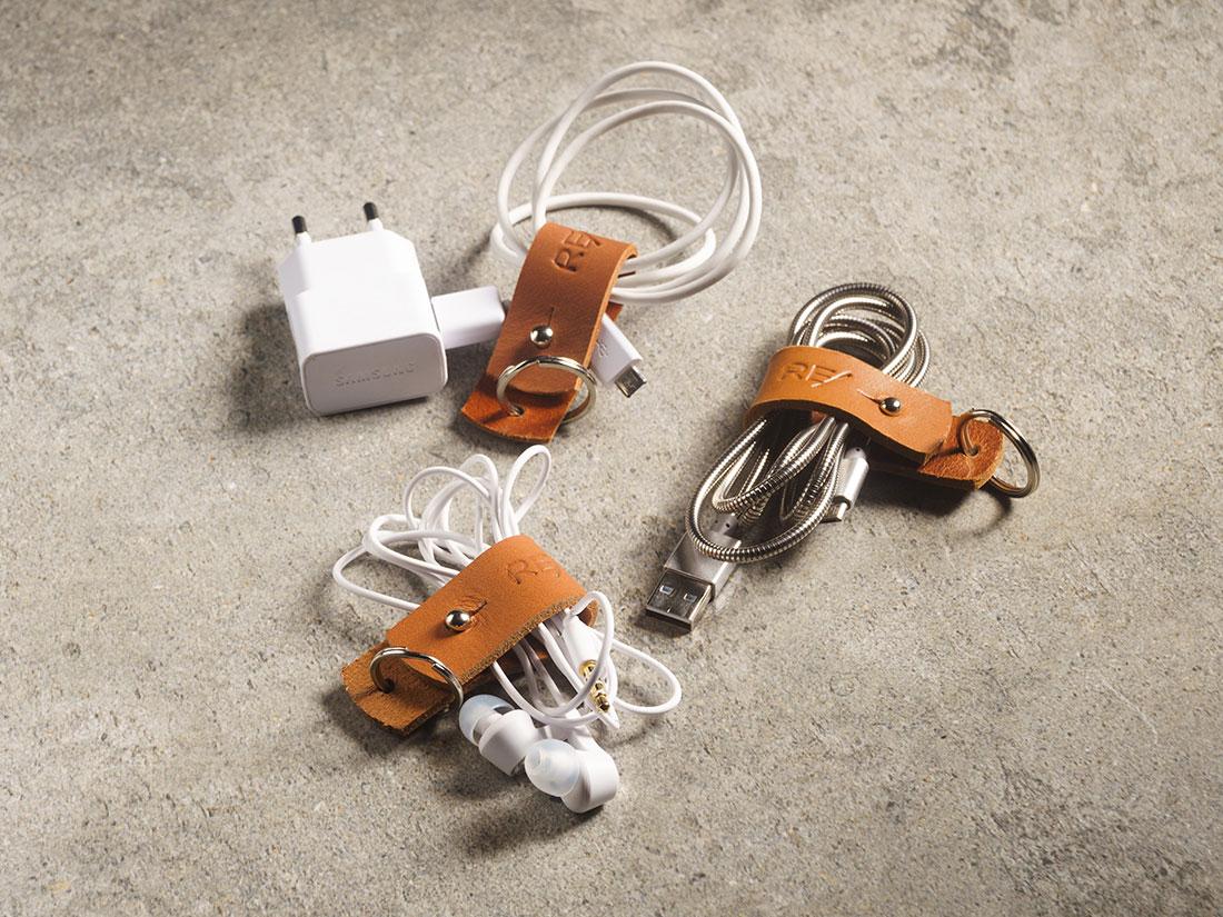 Três Organizadores de Cabos para organizar seus fios, carregador de celular, cabo USB, fone de ouvido, etc.