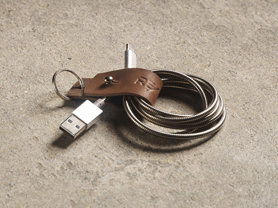 Organizador de cabos que acompanha o porta-fones.