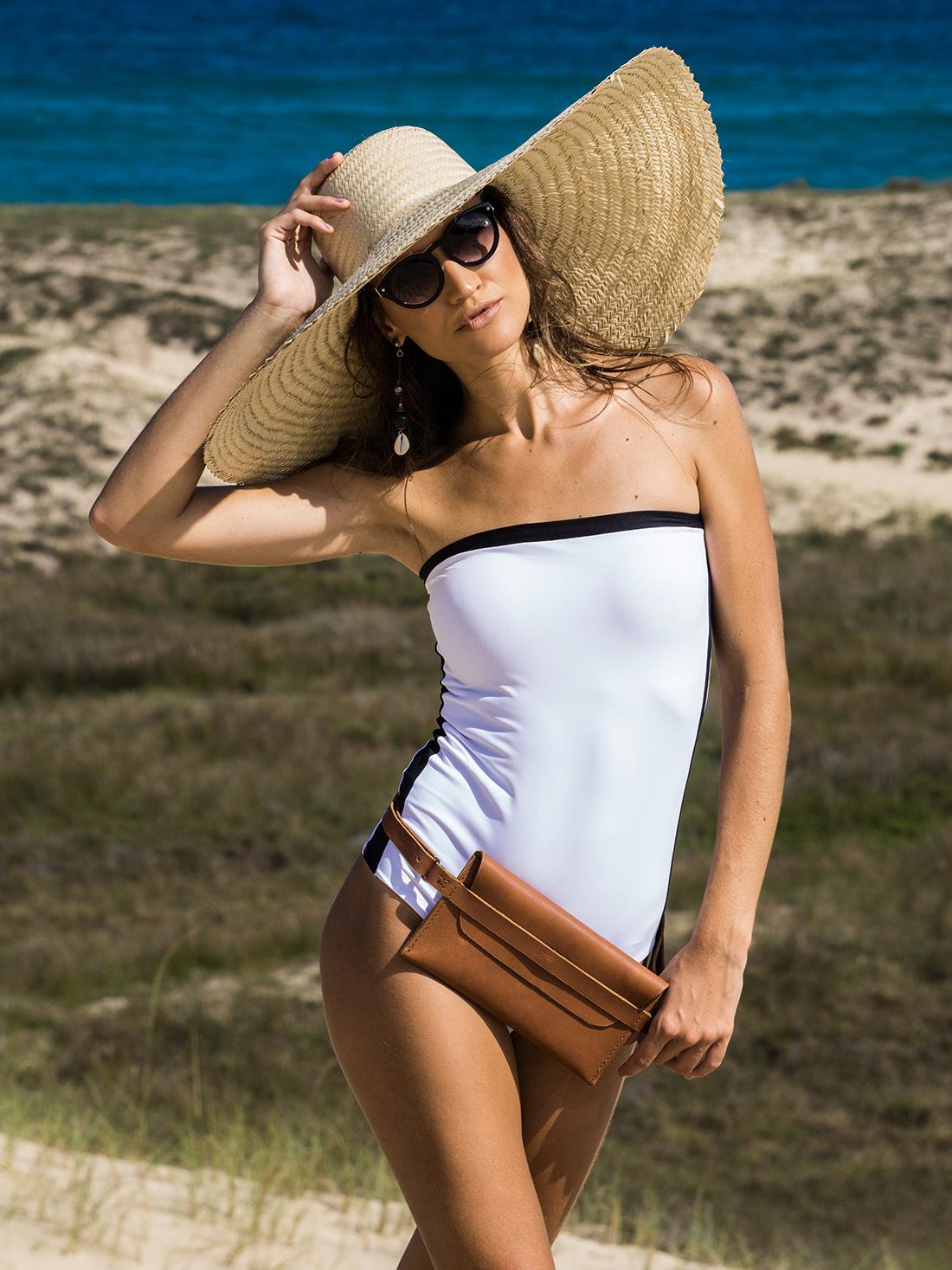 Pochette Pala Slim em couro Caramelo em um look praia.