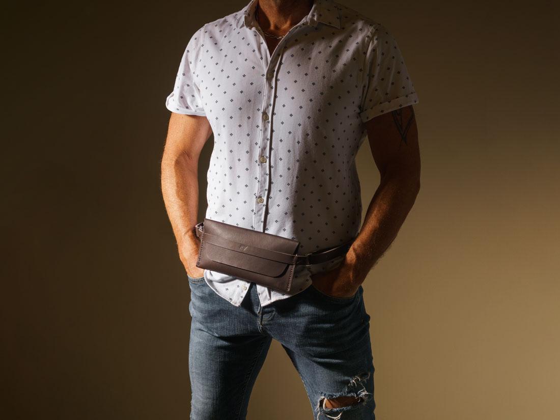 A Pochette Pala Slim é uma belt bag em couro que combina com qualquer ocasião.