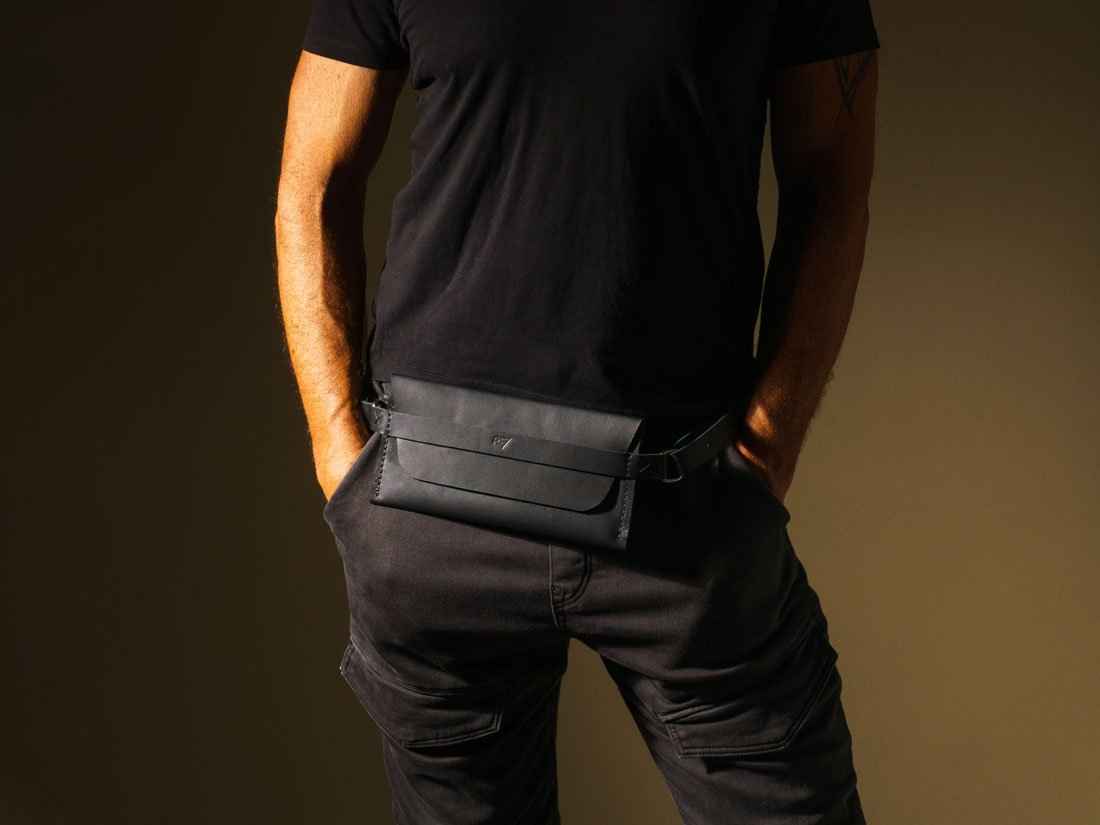 Pochette Pala Slim em um look all black.