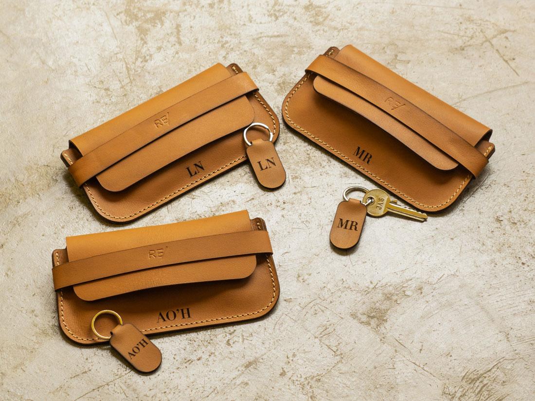 Porta-Óculos Pala em couro na cor caramelo personalizado com gravação de monograma.