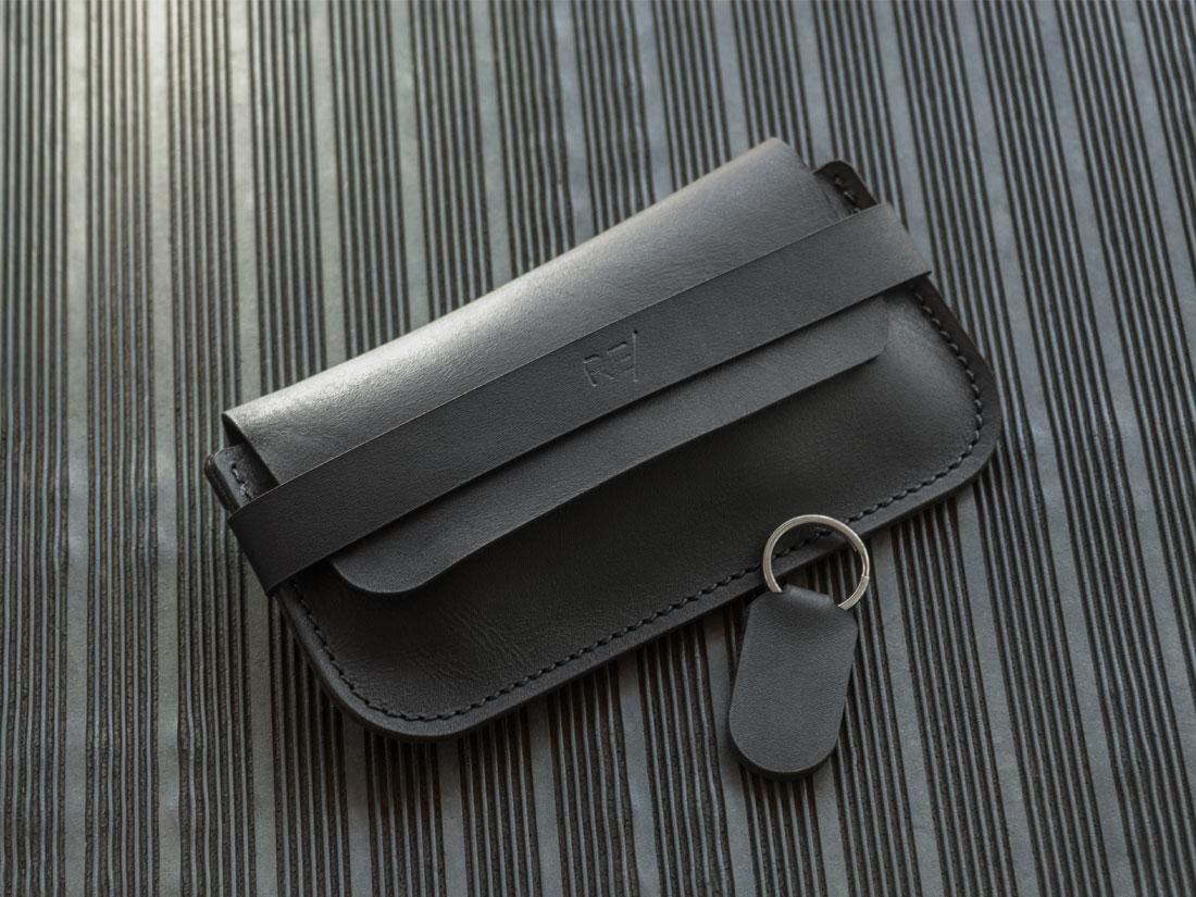 O Porta-óculos Pala tem um desenho minimalista que se adapta tanto a looks clássicos quanto modernos.
