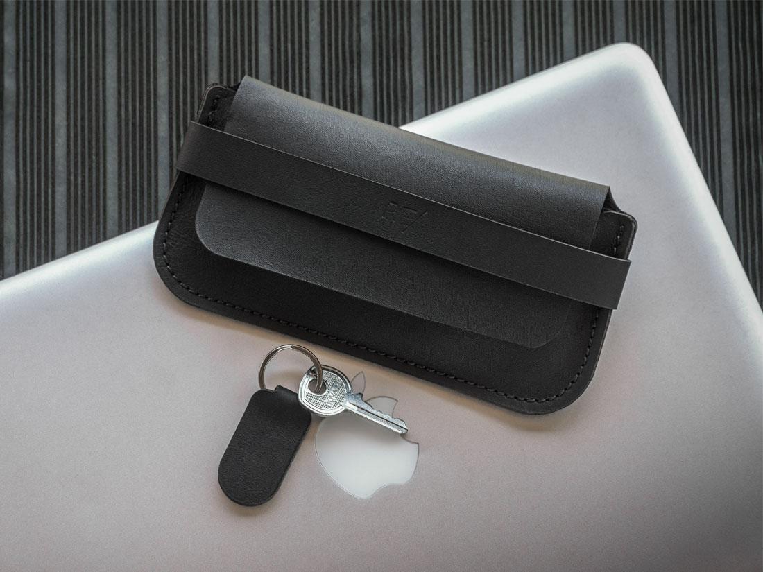 Case para óculos Pala em couro preto com chaveiro.