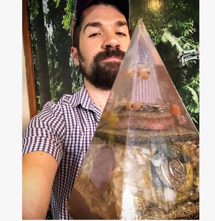Foto Bruno Medeiros com Pirâmide Orgonite Gigante