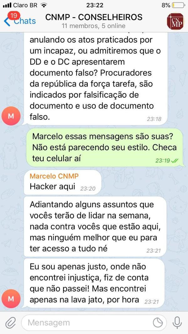 """E ele respondeu: """"Hacker aqui. Adiantando alguns assuntos que vocês terão de lidar na semana, nada contra vocês que estão aqui, mas ninguém melhor que eu para ter acesso a tudo né."""" As informações foram publicadas pelo """"O Globo"""" e as conversas também foram obtidas pela TV Globo."""