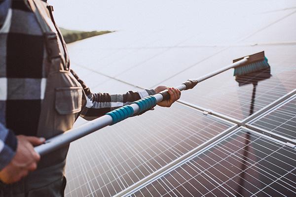 Manutenção de sistemas fotovoltaicos é simples e envolve principalmente a limpeza dos módulos fotovoltaicos. Foto ilustrativa.