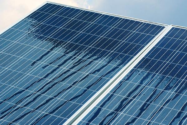 Se não forem limpos, a poeira vai bloquear parte da irradiação do sol no painel, prejudicando a geração de energia.