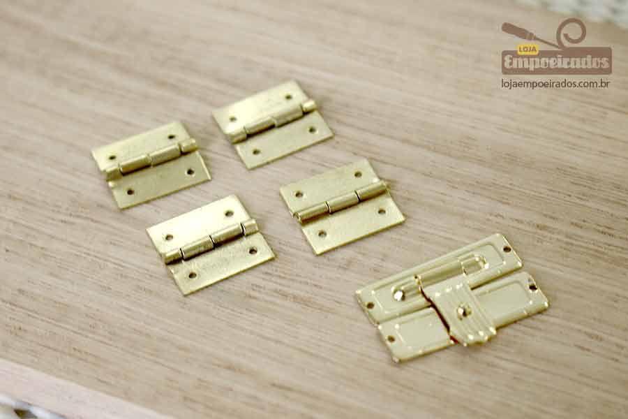 Kit Fecho 25x15 Mini Dourado + Dobradiça 15x15 Dourada 4 Furos para Caixa