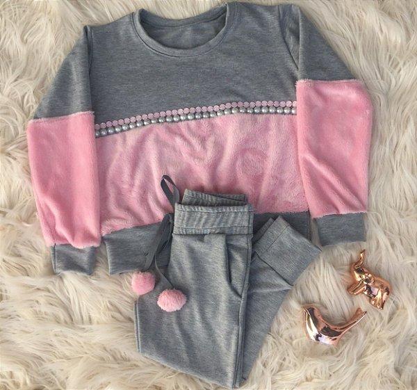 Conjunto calça cinza e blusa com mangas e peito em pêlo rosa mãe e filha