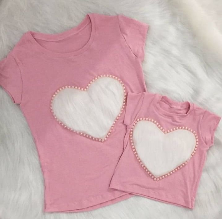T shirt rosa ou azul com coração branco Mãe e Filha