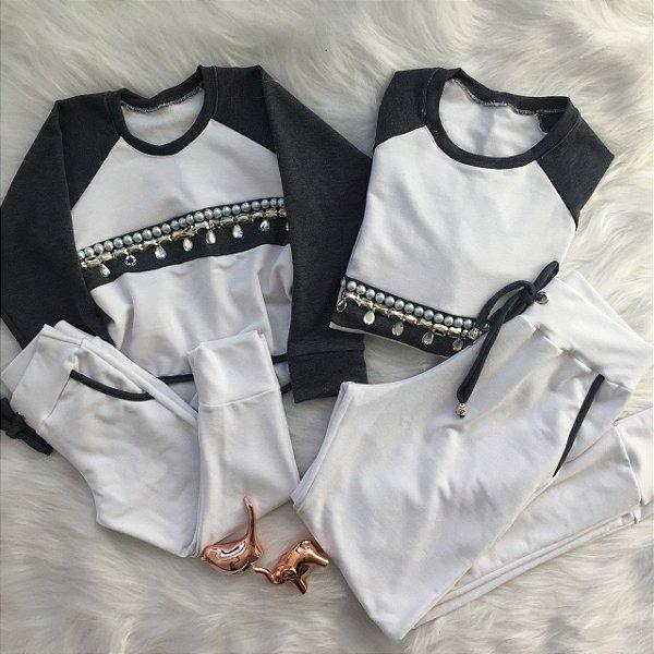 Conjunto  Blusa branca com cinza bordada e calça branca Mãe e Filha
