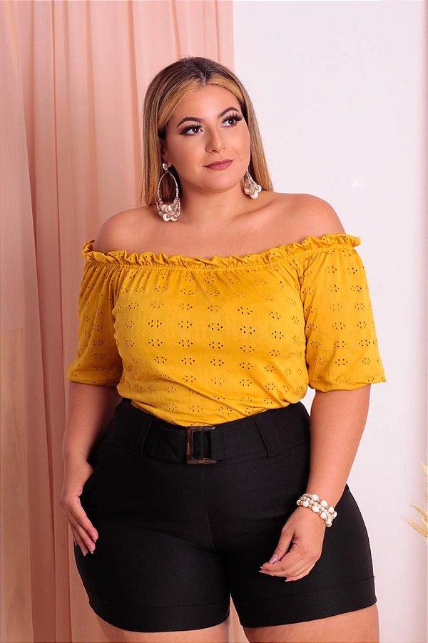 Conjunto Plus short preto com cinto e blusa ciganinha amarela