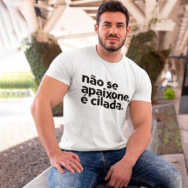 """Camiseta Básica Frases De Carnaval """"Não Se Apaixone"""""""