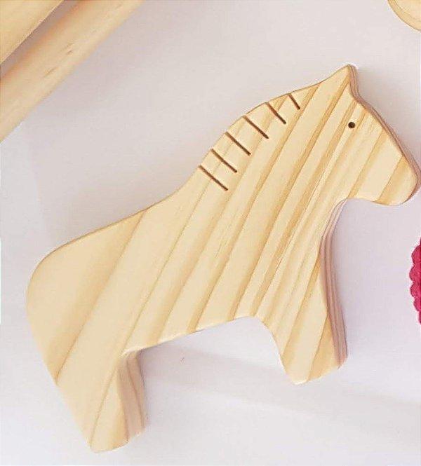 Cavalo de madeira produzido em madeira pinus