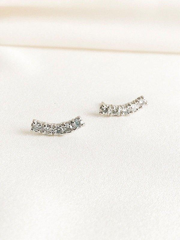 Brinco Ear Cuff básico prata com aplicações de zircônias folheado a ouro branco