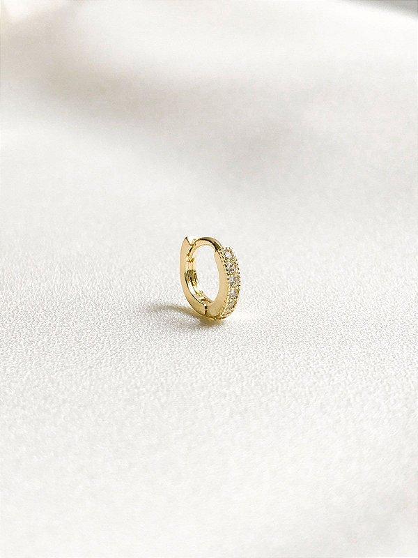 Piercing de cartilagem de argolinha cravejada banhado a ouro