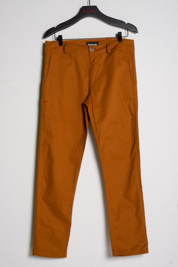 calça sarja marrom