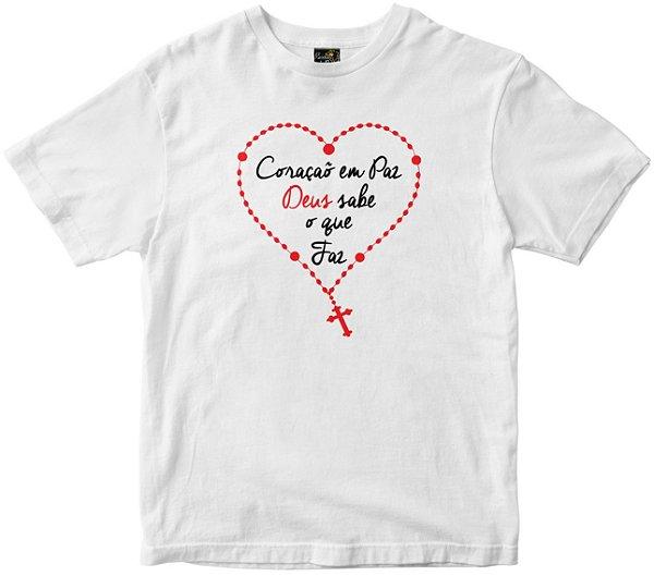 Camiseta Coração Em Paz Deus sabe o que faz branca Rainha do Brasil