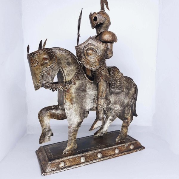 Escultura Cavaleiro Medieval em Metal Trabalhado